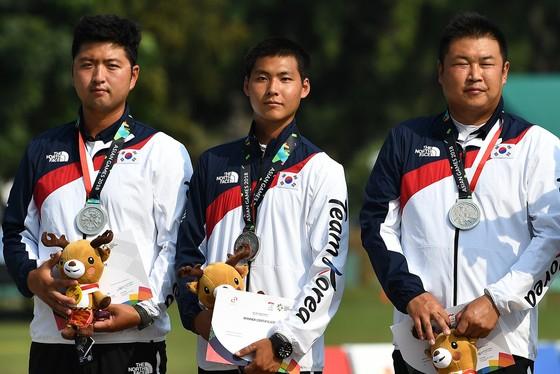 Đội tuyển bắn cung Hàn Quốc (Kim Woo Jin bên trái và Lee Woo Seok ở giữa)