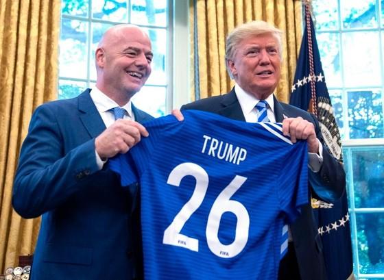 BÊN LỀ: Tổng thống Donald Trump được Chủ tịch FIFA tặng… thẻ đỏ ảnh 1