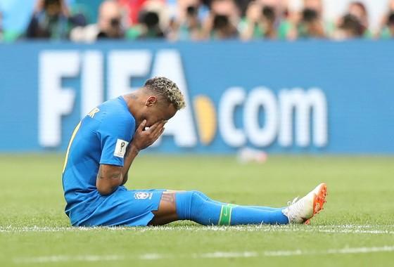 BÊN LỀ: Neymar gây sốc với kiểu ăn mừng… khóc nhè ảnh 1