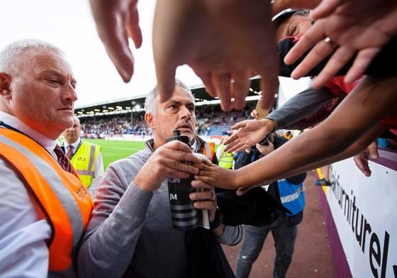 BÊN LỀ: Maradona quậy tưng khi xỉn, Mourinho tặng quà cho CĐV ảnh 1