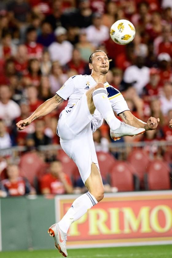 Tung đòn đá vòng cầu kiểu taekwondo, Ibrahimovic ghi bàn thắng thứ 500 ảnh 1