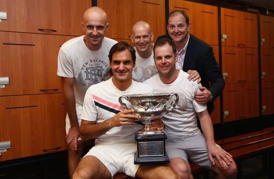 Tony Godsick (ngoài cùng bên phải) cùng với Federer và đội của anh