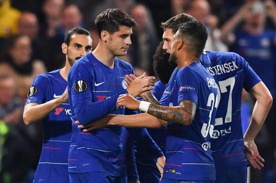 Morata được các đồng đội chúc mừng sau khi ghi bàn vào lưới Vidi FC