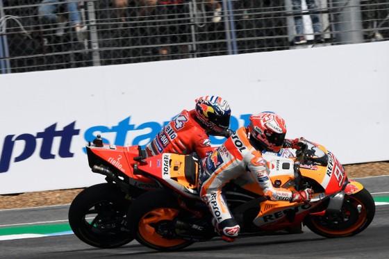 Khoảnh khắc Marquez qua mặt đối thủ