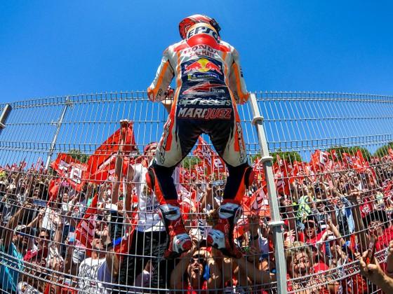 """Đua xe mô tô: Dovizioso đo đường, còn Marquez lại… """"đo size"""" cúp vô địch ảnh 3"""