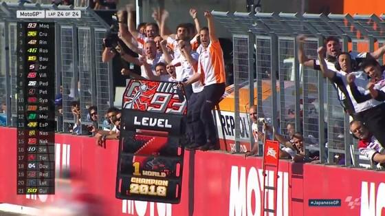 """Đua xe mô tô: Dovizioso đo đường, còn Marquez lại… """"đo size"""" cúp vô địch ảnh 2"""