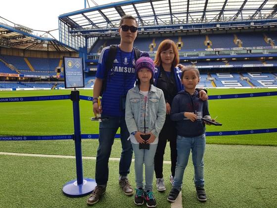 Anh Nguyễn Linh và gia đình ở sân Stamford Bridge