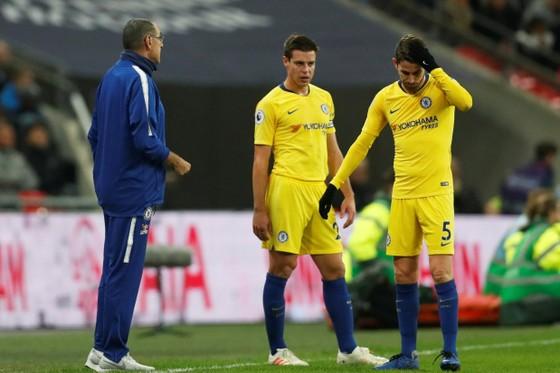 """Jorginho (phải) và HLV Sarri phải nhanh chóng rút ra bài học về """"trận Wembley"""""""