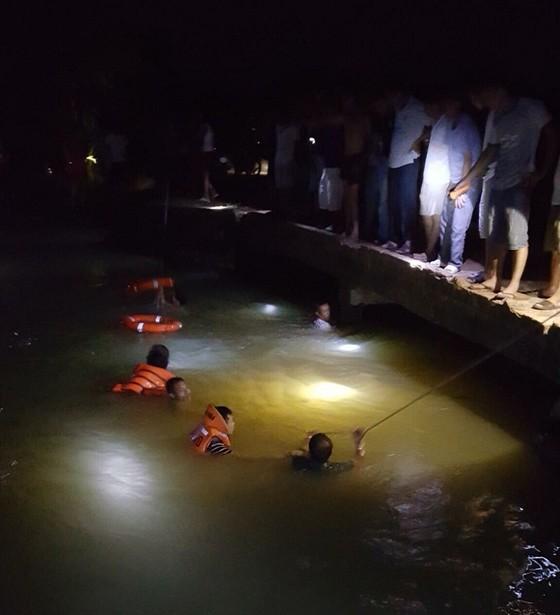 Dầm mình trong đêm tìm trẻ đuối nước ảnh 1