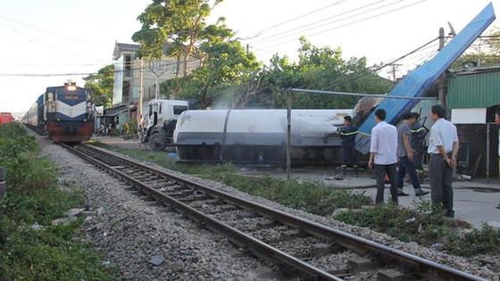 Tàu hỏa tông văng xe bồn chở gas, 3 người bị thương ảnh 1