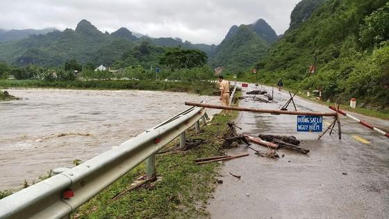 Mưa lớn gây ngập lụt, chia cắt nhiều nơi ở Nghệ An, Thanh Hóa ảnh 3