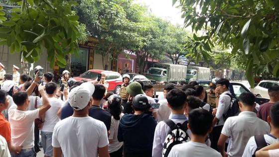 Cảnh sát thuyết phục người đàn ông ôm vũ khí nóng cố thủ trong nhà ra đầu thú  ảnh 2