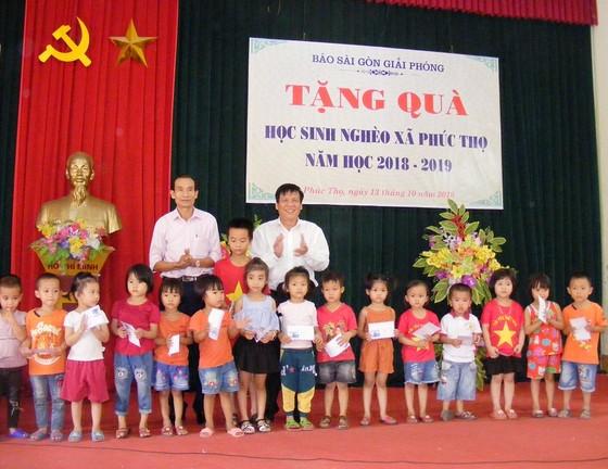 Báo Sài Gòn Giải Phóng trao quà cho học sinh nghèo học giỏi tại Nghệ An ảnh 1