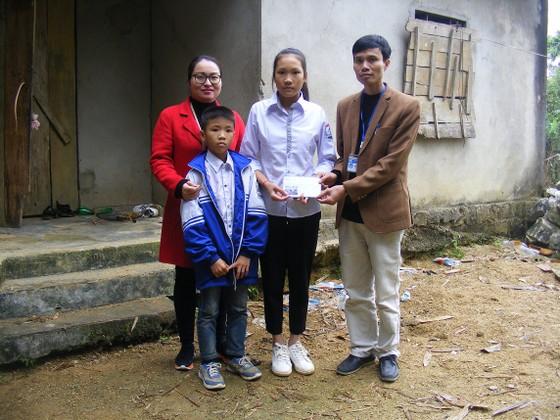 Báo Sài Gòn Giải Phóng trao quà cho 2 chị em nghèo học giỏi tại Nghệ An ảnh 1