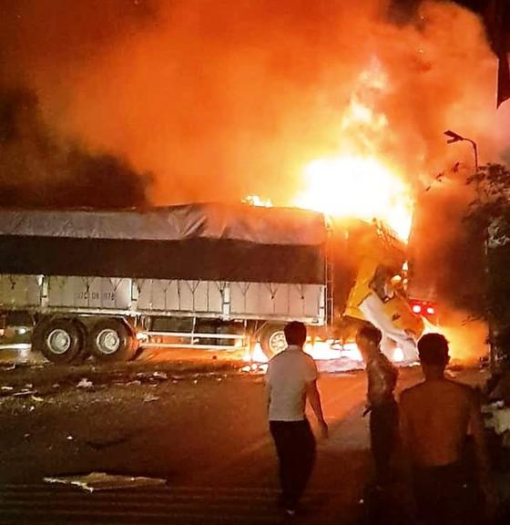 Sau cú va chạm, tài xế và phụ xe chết cháy trong ca bin ảnh 1