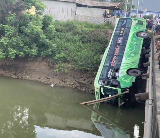 Xe khách lao xuống sông, ít nhất 1 người chết, nhiều người bị thương ảnh 1