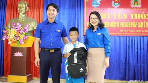Tặng Huy hiệu 'Tuổi trẻ dũng cảm' cho học sinh lớp 5 cứu bé 5 tuổi khỏi chết đuối ảnh 1