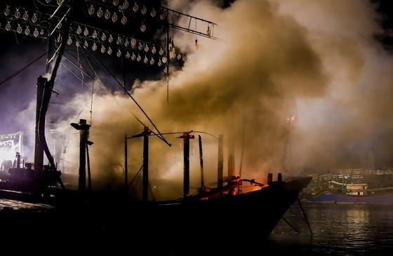 Tàu cá bốc cháy dữ dội trong đêm ảnh 1