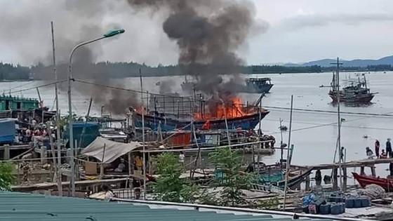 Tàu cá cháy rụi, thiệt hại hàng tỷ đồng ảnh 1