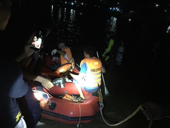 Lật đò chở 7 người trên sông Lạch Bạng, 1 người mất tích ảnh 1