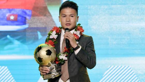 Quang Hải chia sẻ cảm xúc khi nhận Quả bóng Vàng Việt Nam 2018. Ảnh: HOÀNG HÙNG