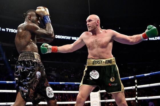 Tyson Fury (phải) và Deontay Wilder