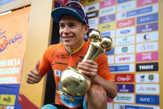 Xe đạp: Suýt ngã vì đụng CĐV, Quintana vẫn thắng chặng cuối Tour Colombia ảnh 1