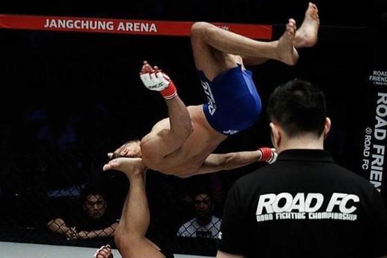 Đấu trường MMA: Bay lộn như phim kungfu Trung Quốc, võ sĩ Brazil thống trị Nhật – Hàn  ảnh 1