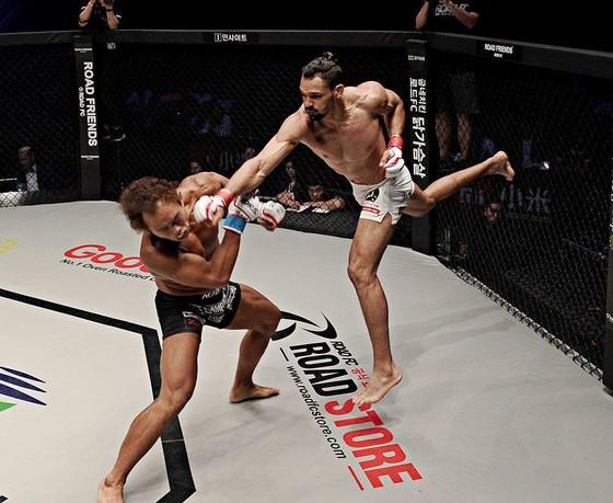 Đấu trường MMA: Bay lộn như phim kungfu Trung Quốc, võ sĩ Brazil thống trị Nhật – Hàn  ảnh 4