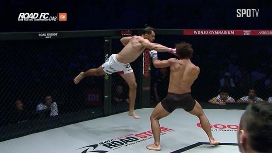 Đấu trường MMA: Bay lộn như phim kungfu Trung Quốc, võ sĩ Brazil thống trị Nhật – Hàn  ảnh 3