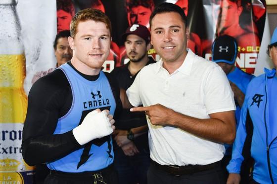 Ông bầu Oscar de la Hoya và võ sĩ Canelo Alvarez