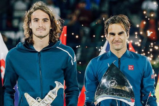 Stefanos Tsitsipas (trái) trong buổi lễ trao giải của Dubai Championships 2019