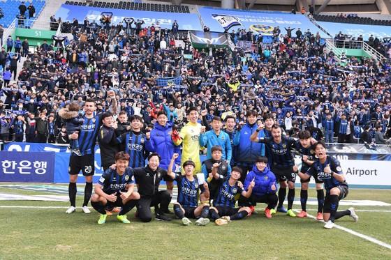 Công Phượng (thứ 3 từ trái sang) ra sân ở phút thứ 90+6, nhưng vẫn kịp chụp hình cùng toàn đội Incheon