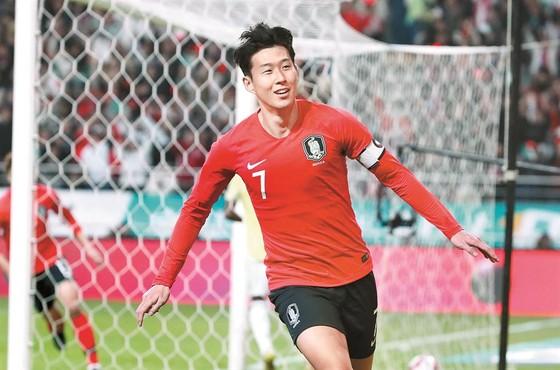 Ném hộp dụng cụ y tế của tuyển Hàn Quốc, Falcao nhận thẻ vàng ảnh 1
