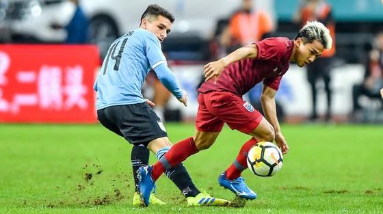 """Cùng thua 0-4: """"Messi Thái"""" được Uruguay khen, """"bại tướng"""" của Đình Trọng đối diện án phạt ảnh 1"""