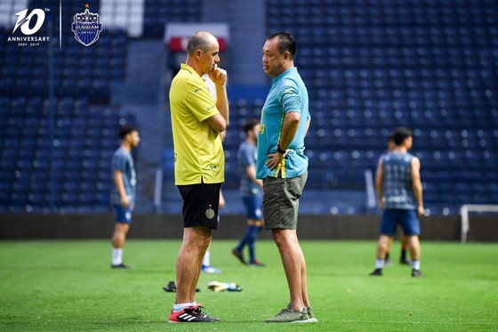 """Buriram United quay lại luyện tập: Xuân Trường tươi tắn, """"bại tướng"""" của Đình Trọng bị nắm đầu ảnh 3"""