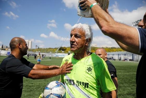 Thủ môn 73 tuổi lập kỷ lục Guinness ảnh 3