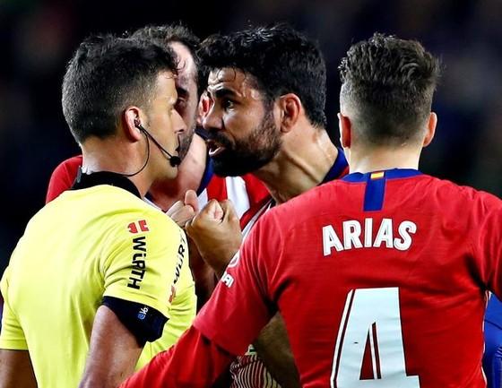 Bị đuổi vì… xúc phạm mẹ trọng tài, Costa khóc trong phòng thay đồ, HLV Simeone vẫn bất mãn ảnh 1