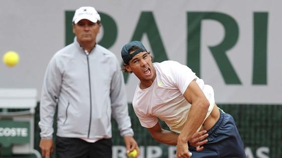 Ông Toni Nadal (đứng sau) khi còn làm HLV cho Nadal