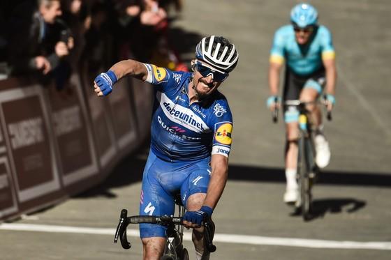 Xe đạp: Kèn cựa nhau trên đường đua, Alaphilippe và Fuglsang để Van der Poel thắng Amstel Gold Race  ảnh 4