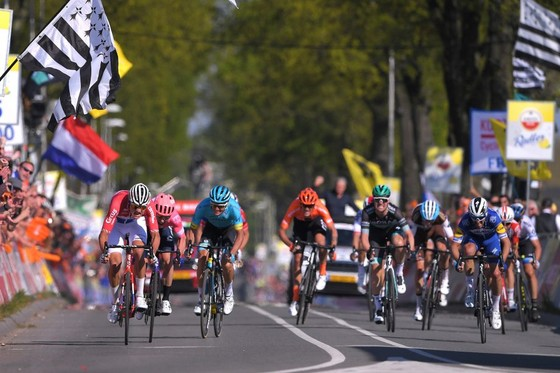 Xe đạp: Kèn cựa nhau trên đường đua, Alaphilippe và Fuglsang để Van der Poel thắng Amstel Gold Race  ảnh 9