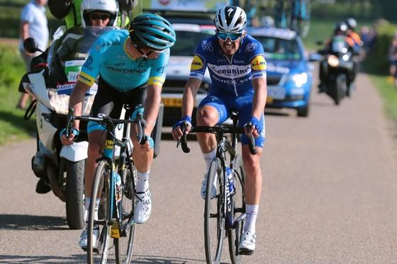 Xe đạp: Kèn cựa nhau trên đường đua, Alaphilippe và Fuglsang để Van der Poel thắng Amstel Gold Race  ảnh 6