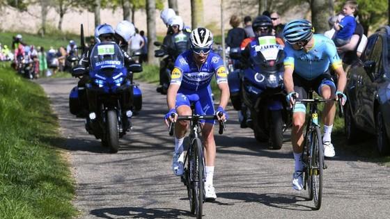 Xe đạp: Kèn cựa nhau trên đường đua, Alaphilippe và Fuglsang để Van der Poel thắng Amstel Gold Race  ảnh 7