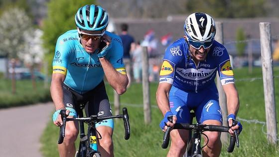 Xe đạp: Kèn cựa nhau trên đường đua, Alaphilippe và Fuglsang để Van der Poel thắng Amstel Gold Race  ảnh 8