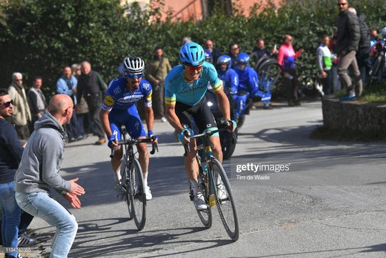 Xe đạp: Kèn cựa nhau trên đường đua, Alaphilippe và Fuglsang để Van der Poel thắng Amstel Gold Race  ảnh 2