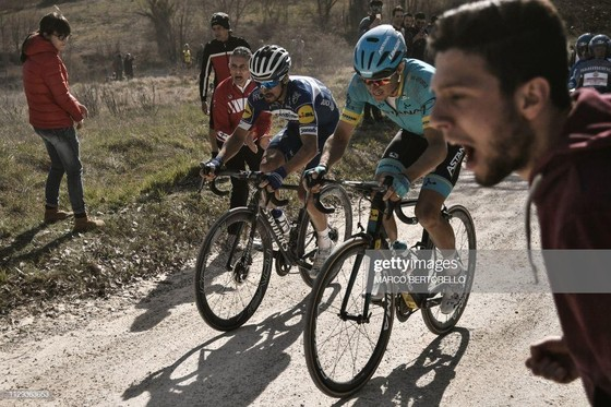 Xe đạp: Kèn cựa nhau trên đường đua, Alaphilippe và Fuglsang để Van der Poel thắng Amstel Gold Race  ảnh 3