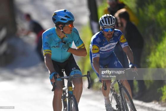 Xe đạp: Kèn cựa nhau trên đường đua, Alaphilippe và Fuglsang để Van der Poel thắng Amstel Gold Race  ảnh 1