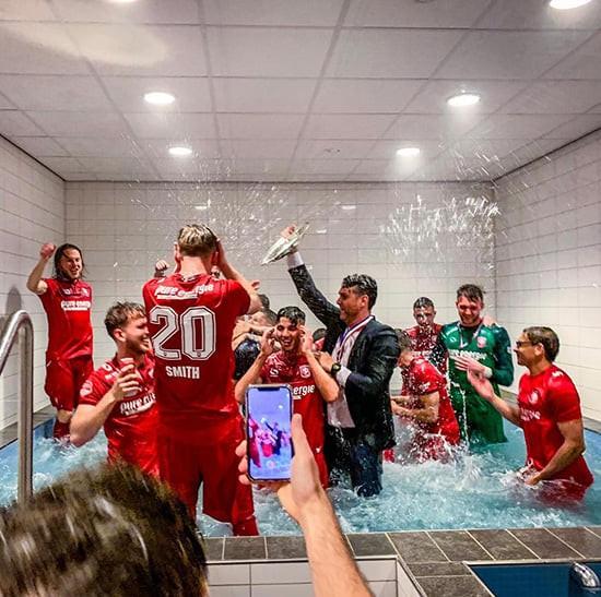 Twente vô địch Hạng nhất Hà Lan: 20 ngàn CĐV ăn mừng như giành Champions League, pháo sáng mịt mùng ảnh 1