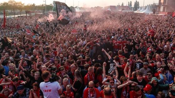 Twente vô địch Hạng nhất Hà Lan: 20 ngàn CĐV ăn mừng như giành Champions League, pháo sáng mịt mùng ảnh 5