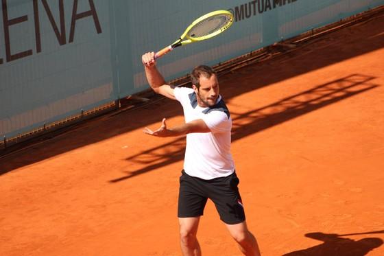 Madrid Open: Federer thắng trận đầu tiên trên mặt sân đất nện sau 3 năm vắng bóng ảnh 1